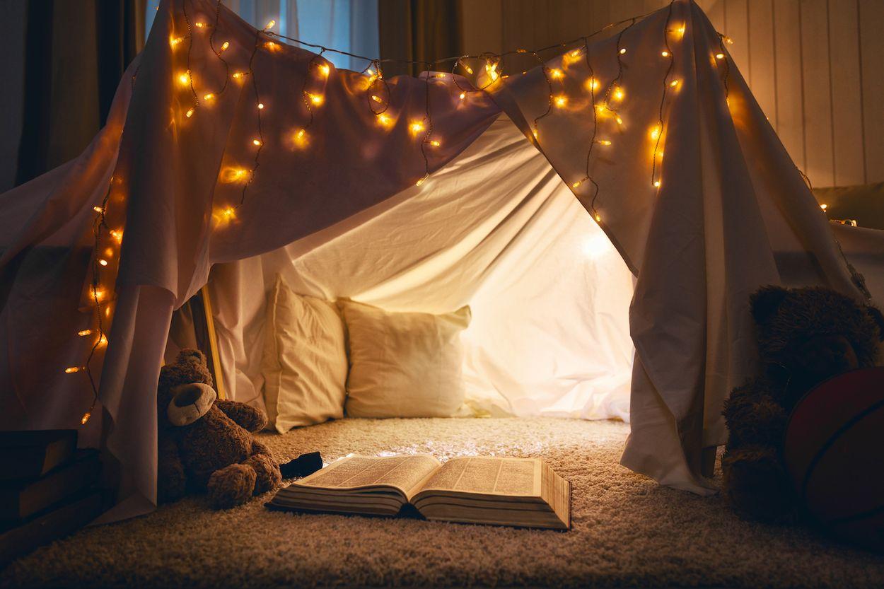 Afbeelding van Op reis in de woonkamer: tover je quarantaine-nest om tot tentenfort
